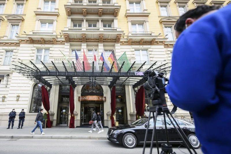 Periodistas esperan frente al Grand Hotel Wien, donde se llevan a cabo conversaciones nucleares a puerta cerrada con Irán en Viena, Austria.