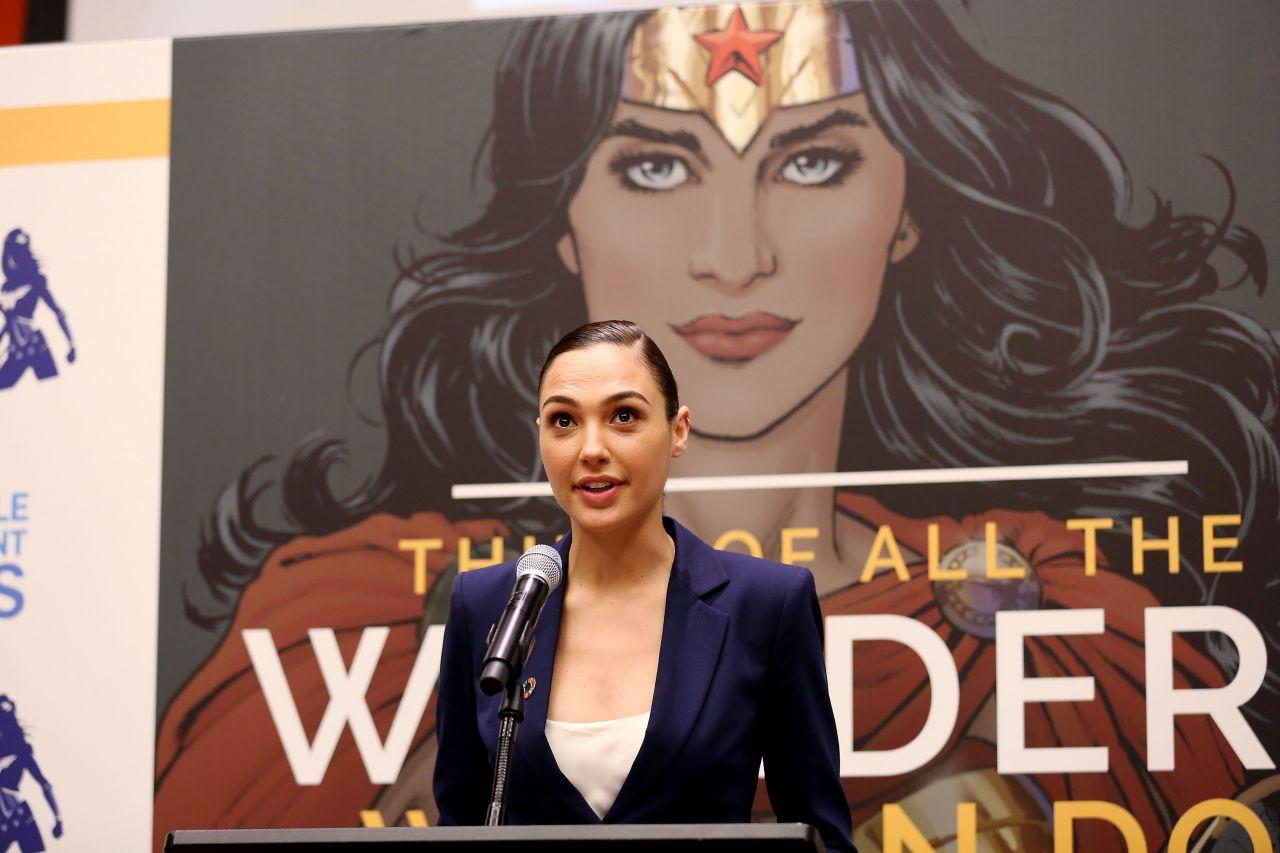 Gal Gadot dando una charla en un panel especial organizado por las Naciones Unidas