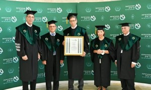 La Universidad Bar-Ilan otorgó un doctorado honorario a Tal Zaks director médico de Moderna en reconocimiento a su papel en desarrollo de la vacuna COVID-19