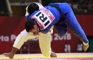 Dos competidores de judo en un enfrentamiento