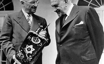 Jayim Weizmann luego de ser elegido presidente fue visitar a Harry Truman, a quien le entregó de regalo un Sefer Torá en reconocimiento a su amistad con el pueblo de Israel