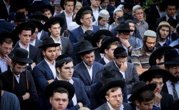 Abraham Daniel Embón, un estudiante argentino de 21 años de Argentina, fue enterrado este lunes y cientos de judíos ultraortodoxos asistieron