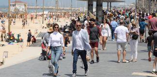 Israelíes caminando cerca de la playa