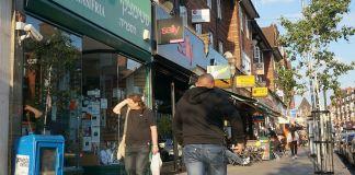 La policía de Londres arrestó a un hombre que irrumpió en el automóvil de un judío ortodoxo y comenzó a golpear al conductor sin provocación