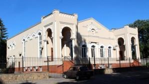 En dos incidentes inquietantes separados en Ucrania, se encontraron agujeros de bala en una sinagoga y allanaron una fosa común de la era del Holocausto