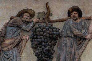 Espías cargando uvas gigantes