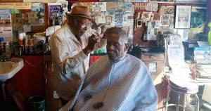Un peluquero y su cliente en una peluquería