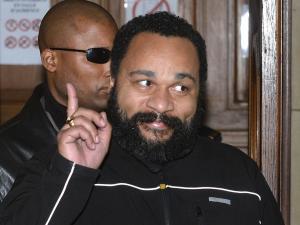 Tribunales suizos declararon al comediante francés Dieudonné culpable de violar leyes sobre contenido racista y antisemita y establecieron una multa