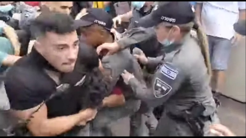 Activistas contra la vacunación realizaron una protesta frente a la casa privada del primer ministro Naftali Bennett este viernes