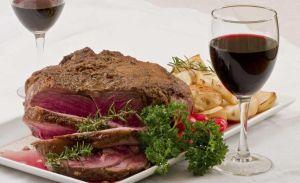 La mayoría de las comunidades judías extendieron la restricción de comer carne y beber vino durante un período de tiempo más largo