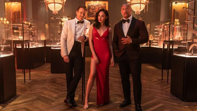 La estrella israelí Gal Gadot encendió las redes con un espectacular vestido rojo con escote profundo para la promoción de su nueva película Red Notice