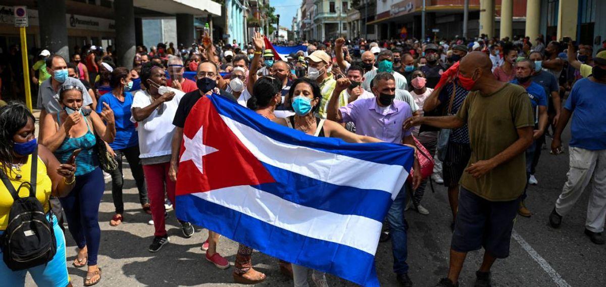 La situación actual que viven los cubanos es exclusivamente responsabilidad de sus gobernantes. Cuba, no depende de que EE.UU termine con el bloqueo