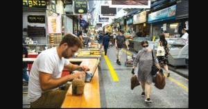El shuk de Jerusalén se abre lentamente a medida que las restricciones por COVID-19 se reducen en Israel y los turistas y clientes regresan