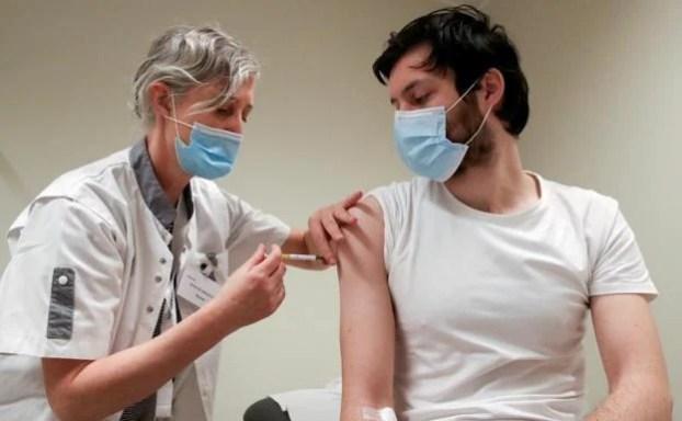 vacunarse es sexy y otras nueve razones que da Carol Perelman para que se vacunen los jóvenes