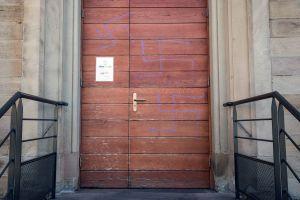 Autoridades de Salud de Francia informaron que 22 sitios de salud fueron vandalizados con grafitis que comparan la campaña COVID con el Holocausto