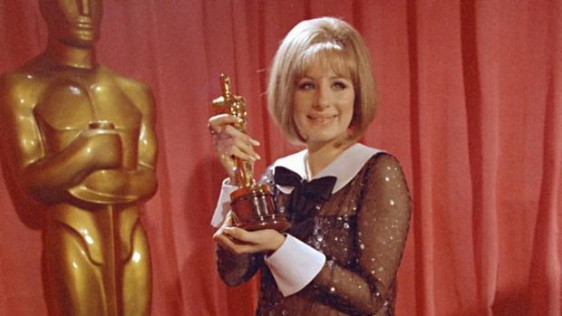 Barbara Streisand recibiendo Oscar