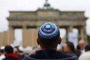 Judío con kipá en un a manifestación contra el antisemitismo en Alemania