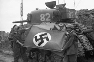 Tanque alemán con bandera nazi