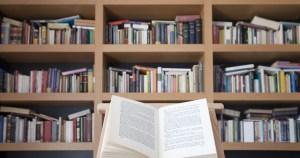 Libro abierto frente a un librero