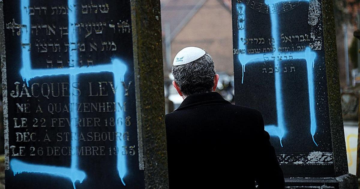 Judío con Kipá en un cementerio vandalizado