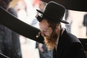 hombre cumpliendo con las mitzvot