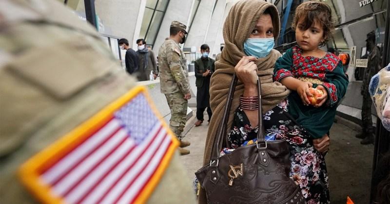 Refugiada afgana junto a un soldado estadounidense