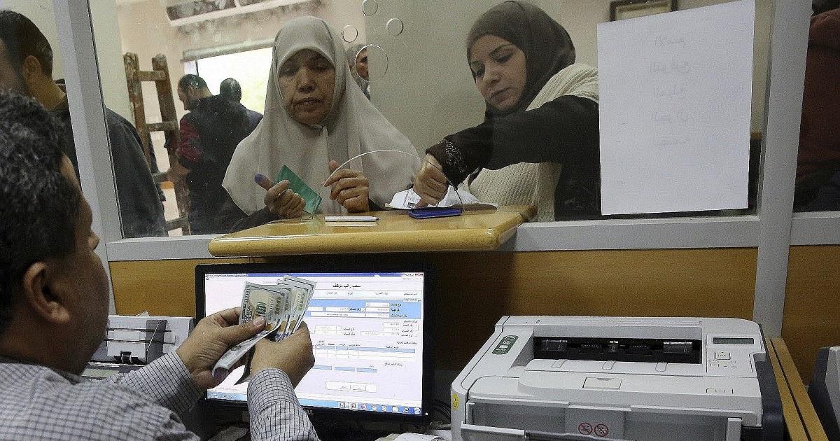 Palestinas recibiendo dinero catarí en Gaza