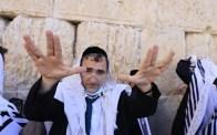 Los fieles rezan ante el Muro Occidental en la Ciudad Vieja de Jerusalen, durante la bendicion sacerdotal por la festividad de Sucot, el 22 de septiembre de 2021 (Olivier Fitoussi / Flash90).