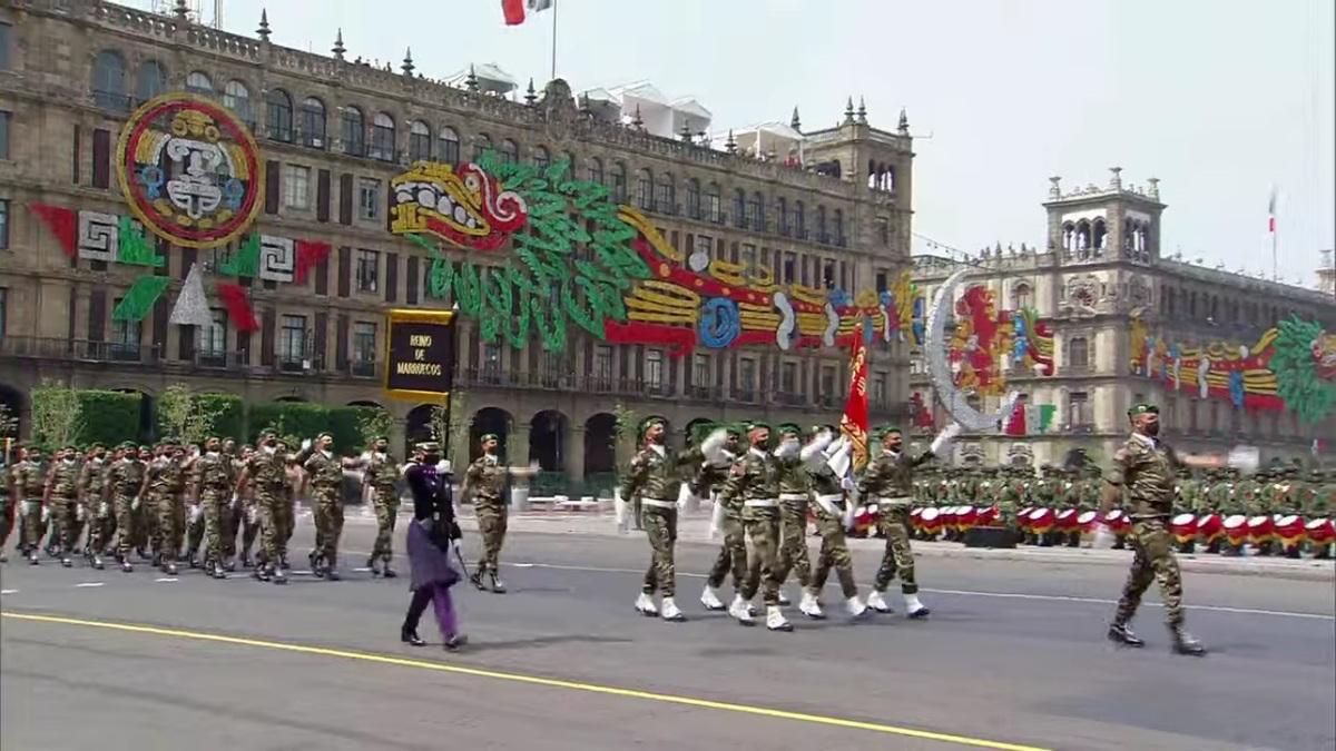 delegación militar de Marruecos marcha en aniversario de la Independencia