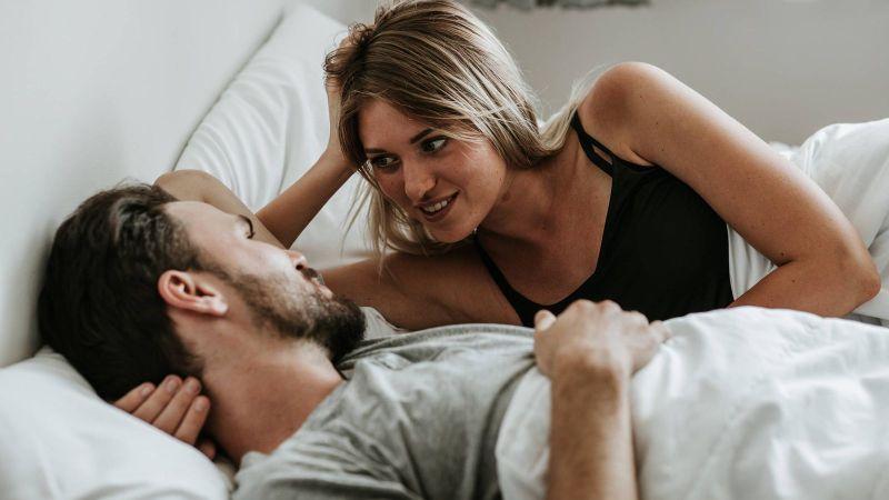 pareja platicando en la cama