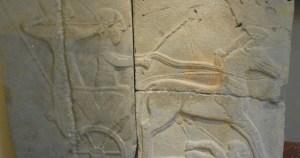 Estela con un relieve de jinetes hititas