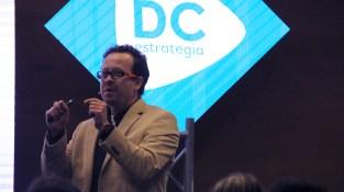Carlos Naranjo hablando en Diálogos DC