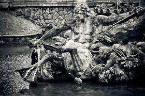Estatua de piedra en una fuente de agua en Marina