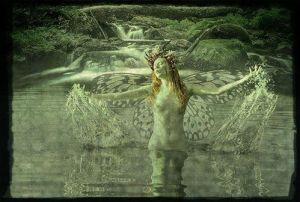 Dama en agua