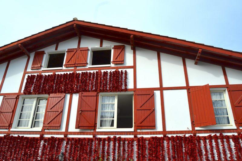 façade avec cordes de piments séchés à espelette