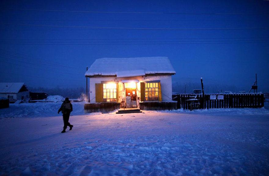 Le photographe voyage d'Yakutsk à Oymyakon, le plus froid village de la planète