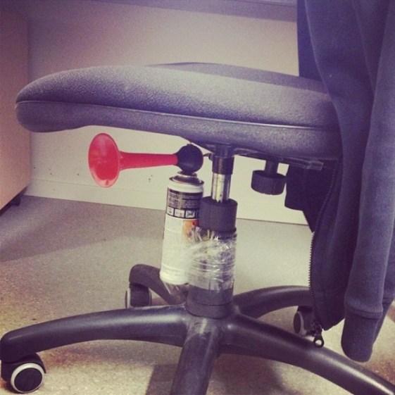 La blague avec le chaise