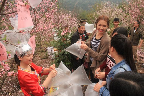 Visitors-purchase-clean-air-in-north-area-of-Guangdong-Province