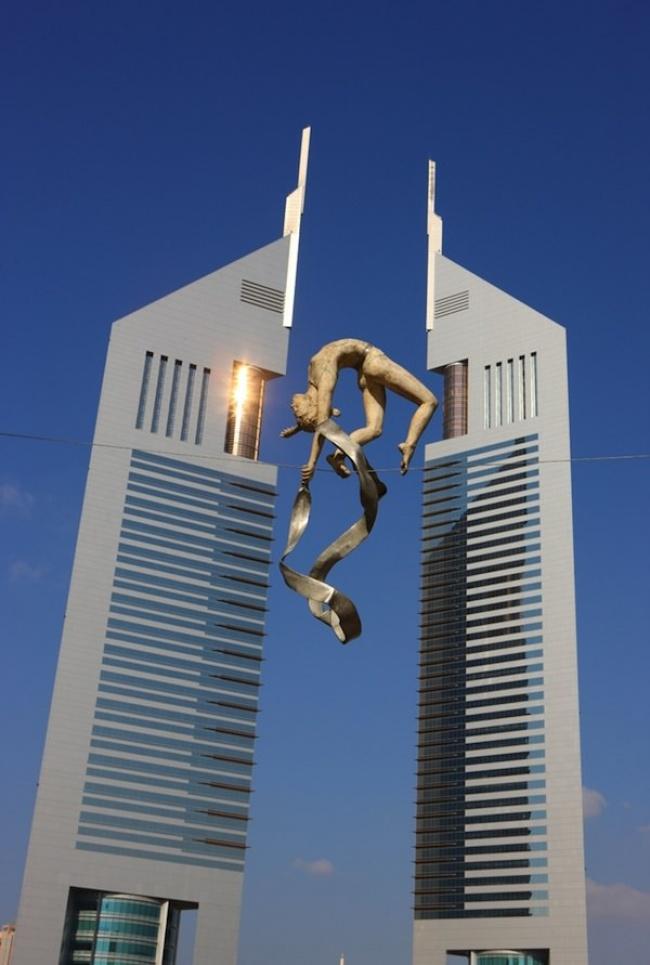 684055-650-1458306996-urban-sculptures-balancing