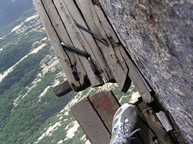 15045610-R3L8T8D-650-hiking-trail-huashan-mountain-china-12