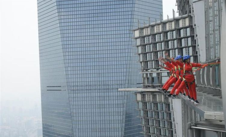 shanghai-skyscraper-lets-visitors-walk-on-the-edge-without-handrails-7