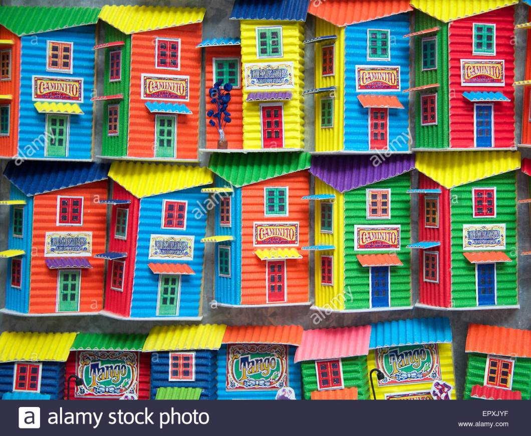 colourful-model-houses-in-shop-window-la-boca-buenos-aires-argentina-epxjyf