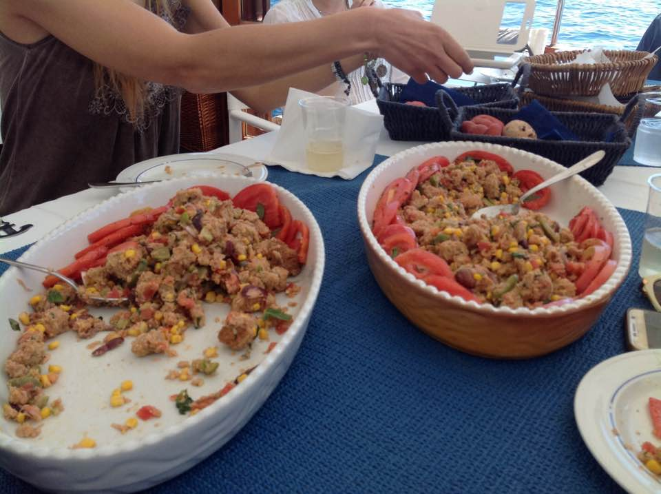 L'immagine può contenere: persone sedute, persone che mangiano e cibo