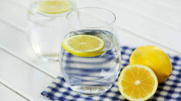 Iniziare la giornata con un bicchiere d'acqua e limone fa davvero bene? O è un falso mito?