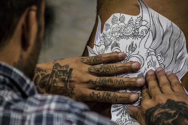 42. Ein Tattoo stechen lassen