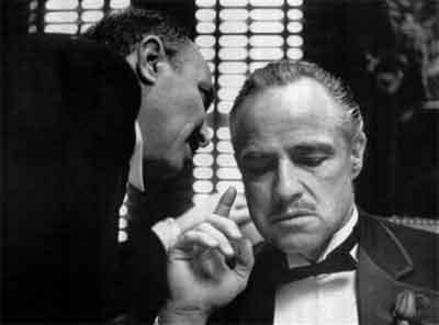 """Don Vito recibe los últimos datos de ventas en el TopManta y piensa """"me'cagüen""""."""