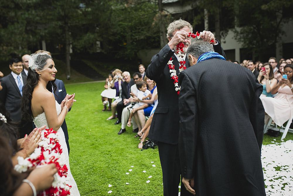 El padre del novio y de la novia dándose la bienvenida a sus respectivas familias.