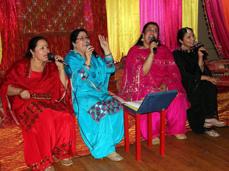 Cantando canciones tradicionales indias sobre el amor y el matrimonio.