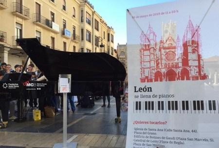león se llena de pianos