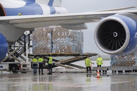 La Junta de Castilla y León recibe el mayor cargamento de material de protección